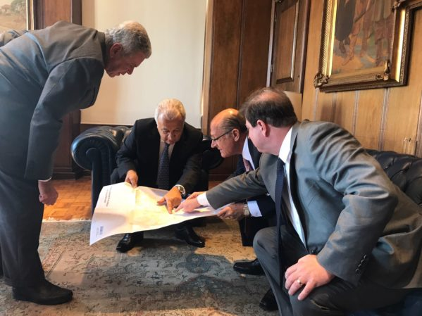 O governador Jackson Barreto e o governador de São Paulo, Geraldo Alckmin, assinaram termo de empréstimo de equipamentos da Sabesp (Companhia de Saneamento Básico do Estado de São Paulo) para a Companhia de Abastecimento de Sergipe (Deso) nesta segunda-feira, 11
