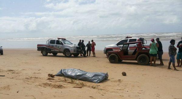 Populares encontraram o corpo na areia da praia na Barra dos Coqueiros (Foto: Corpo de Bombeiros, Divulgação)