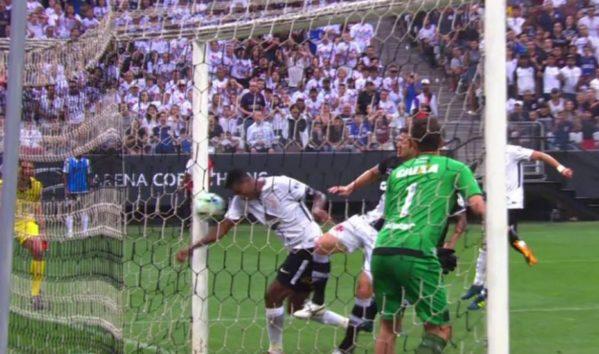Gol de mão de Jô leva CBF a antecipar árbitro de vídeo no Campeonato Brasileiro