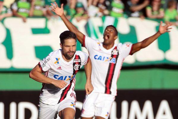 No sufoco: Diego marca e Flamengo derrota a Chapecoense fora de casa