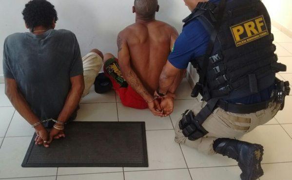 Segundo a PRF, dois homens, com 22 anos cada, e uma jovem, de 20 anos, acompanhada dos dois filhos, de 1 e 3 anos, realizaram o assalto