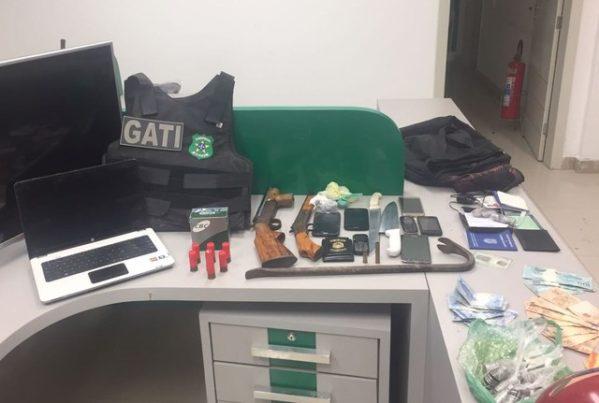 Material apreendido com os suspeitos (Foto: Gati, Divulgação)