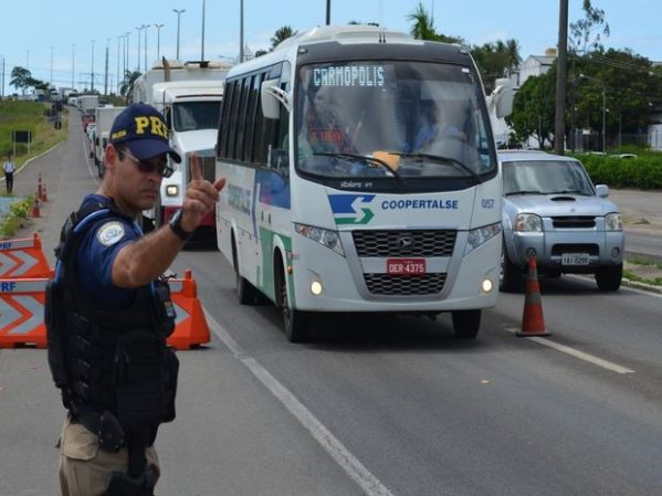 Motorista de ônibus é flagrado pela PRF dirigindo embriagado em N. Sra. do Socorro