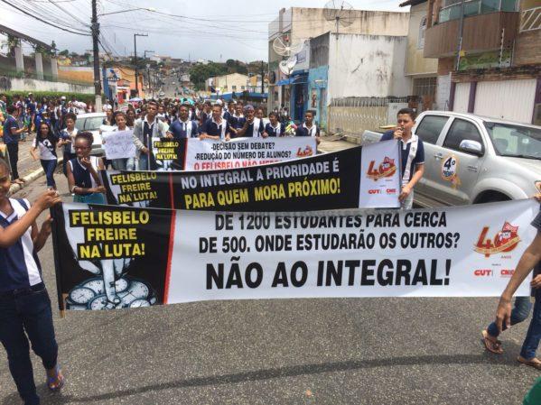 Estudantes so Colégio Felisbelo Freire protestam contra decisão de transformar escola em tempo integral