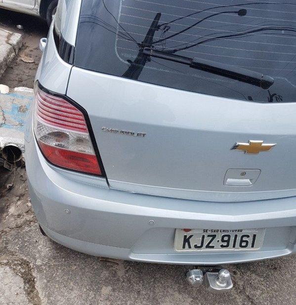 Os três suspeitos chegaram em um veículo Agile Prata, placa KJZ-9161, de São Cristóvão, assaltaram uma pessoa nas proximidades do Colégio do Salvador, no bairro Jardins, em Aracaju.