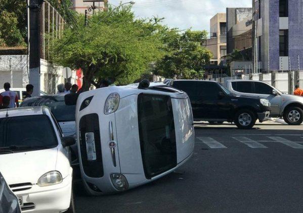 Carro tomba após bater em caminhonete no cruzamento do Bairro São José