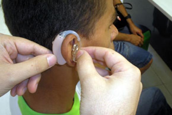 Jovens estão perdendo audição por causa de fones de ouvido, alerta conselho