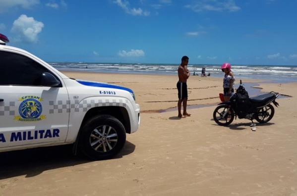 Motociclista é preso trafegando embriagado pela areia da praia