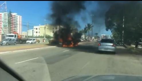 Veículo pega fogo na Avenida Tancredo Neves, em Aracaju