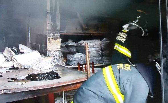 Bombeiros retiram o material queimado para completar o resfriamento do local (Foto: TV Sergipe, Reprodução)