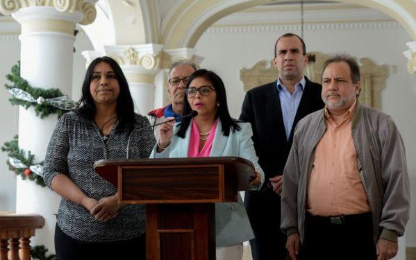 A presidente da Assembleia Constituinte e líder da Comissão da Verdade da Venezuela, Delcy Rodriguez, durante entrevista coletiva em Caracas, no sábado (23), na qual anunciou a expulsão de diplomatas do Brasil e Canadá (foto: Federico Parra/AFP)