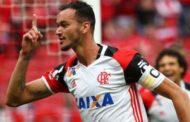 Flamengo não segura pressão, perde de virada e precisa vencer no Maracanã