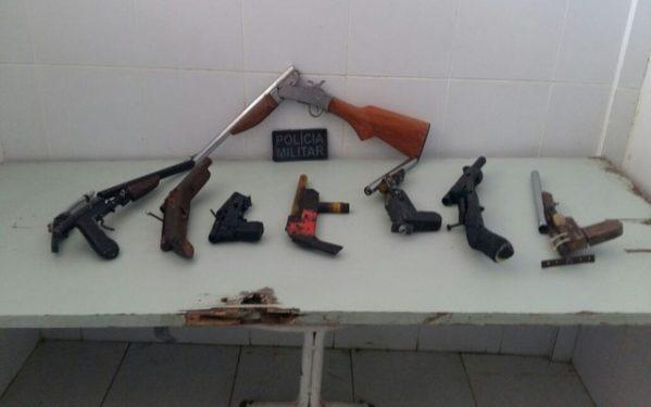 Entre as armas, seis são de fabricação caseira.