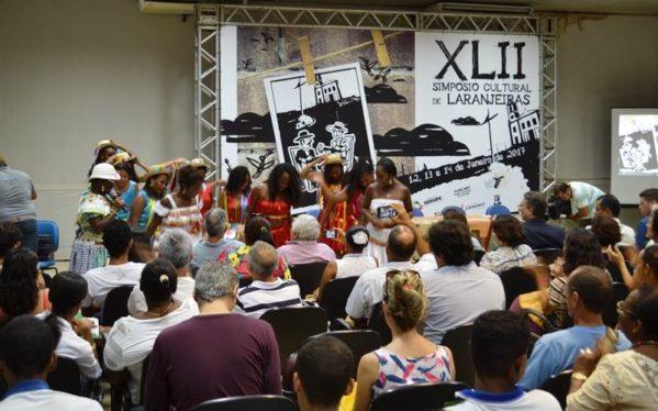Taxistas lotação e bandeira fazem manifestação e param o trânsito no Centro de Aracaju