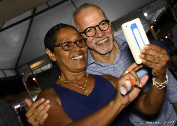 Turista Maria Leny Scramin, abordou o prefeito Edvaldo Nogueira nesta terça-feira, 16, na Orla da Atalaia, para expressar sua satisfação com a cidade (foto: Janaína Santos/AAN)