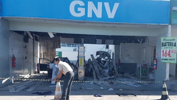 O cilindro que reserva o gás natural dentro do veículo ficou totalmente destruído. Não houve incêndio.