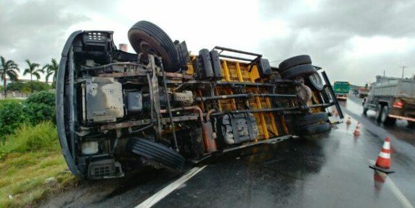 Caminhão tombou no quilômetro 83 da BR-101 Sul, em Jaboatão, na madrugada desta quarta-feira (10) (Foto: PFR/Divulgação)