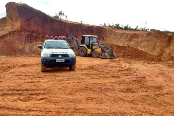 No local foram encontrados equipamentos e trê shomens que alegaram desconhecer a necessidade de autorização ambiental