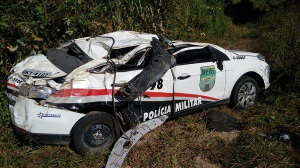 Veículo ficou bastante danificado e policiais tiveram ferimentos (foto: redes sociais)