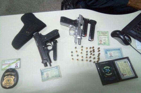 Armas e documentações encontradas com os três homens