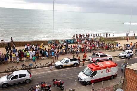 Helicóptero que prestava serviço para a Globo cai próximo a praia em Recife