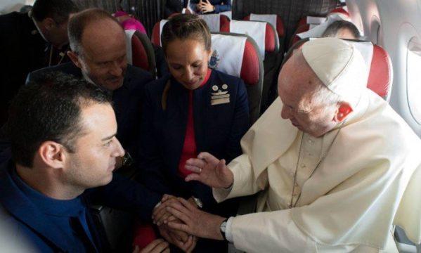 Papa celebra casamento a bordo de avião durante voo no Chile