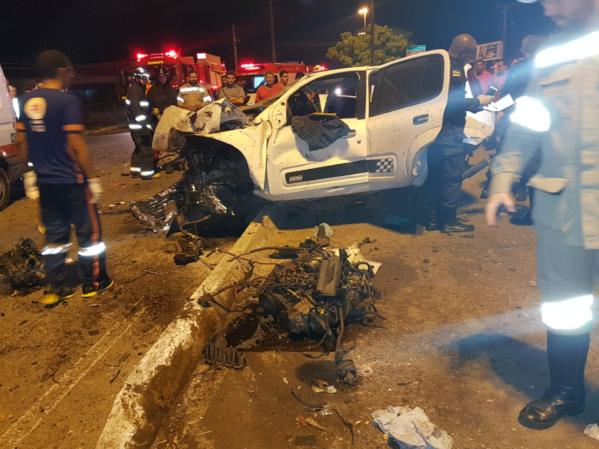 O motorista do carro modelo Uno branco morreu no local do acidente (foto: orácio Oliveira/SE Notícias