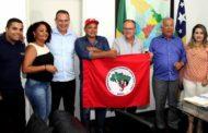 Governo entrega caminhões a cooperativas e assentamentos da reforma agrária