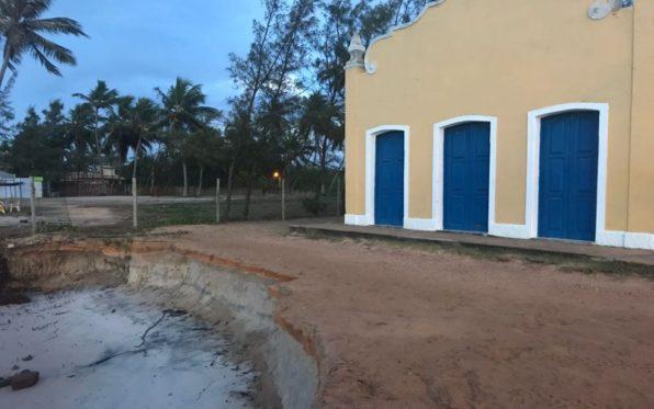 Justiça autoriza obras de contenção na área de igreja ameaçada pela ação do mar em Estância