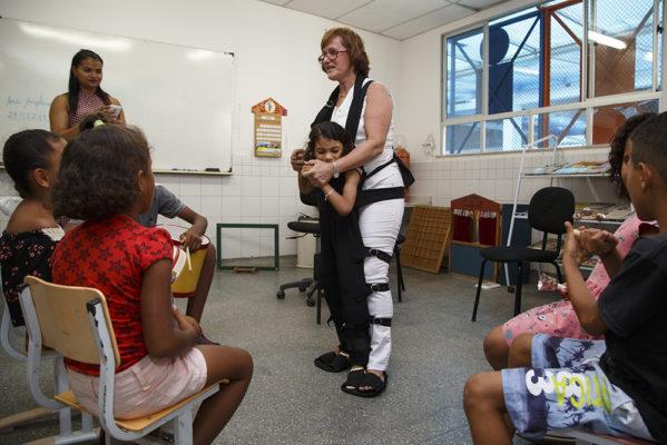 Professora cria roupa especial para ajudar na inclusão social de aluno