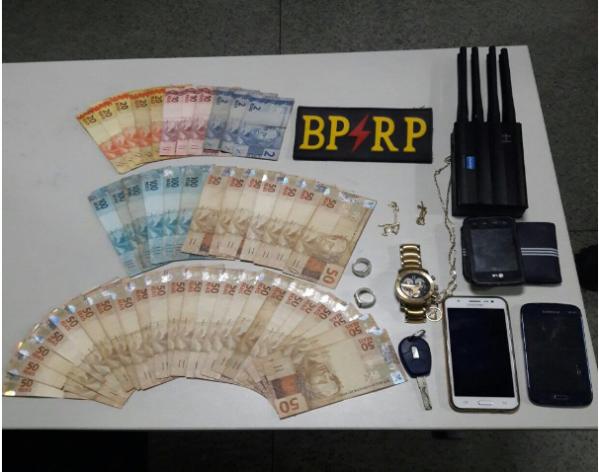 Polícia prende dupla em abordagem de rotina no Santos Dumont