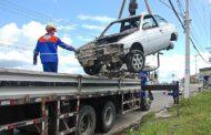 Prefeitura de Aracaju recolhe sucatas de automóveis abandonadas nas vias públicas