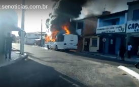 Ônibus do hospital Cirurgia pega fogo no Marcos Freire II; assista