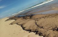 Mancha de óleo aparece na Praia de Jatobá