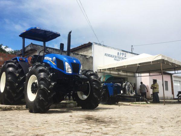 Estado entrega trator e implementos a rizicultores de povoado em Ilha das Flores