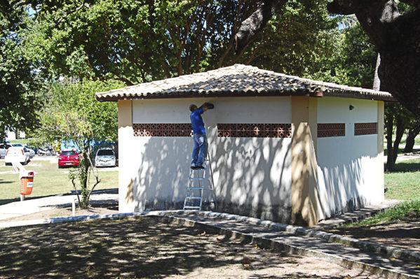 Emsurb realiza serviços de manutenção em banheiros do Parque da Sementeira