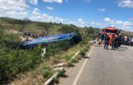 Ônibus de turismo capota, duas pessoas morrem e 32 ficam feridas, em Poço Redondo