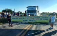 Marchantes bloqueiam trecho da BR-101 em ato contra o fechamento de matadouro