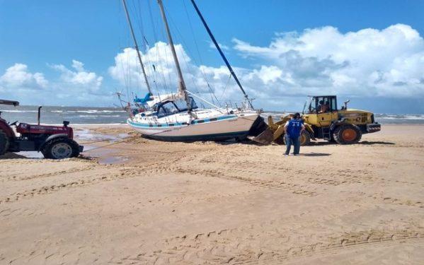 Canal está sendo aberto para retirar barco encalhado