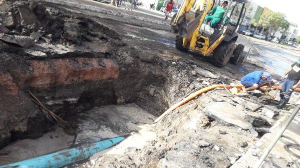 Rompimento de rede compromete abastecimento de água e trânsito no Centro de Aracaju