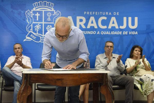 Edvaldo sanciona lei que altera o nome da avenida Heráclito Rollemberg para José Carlos Silva