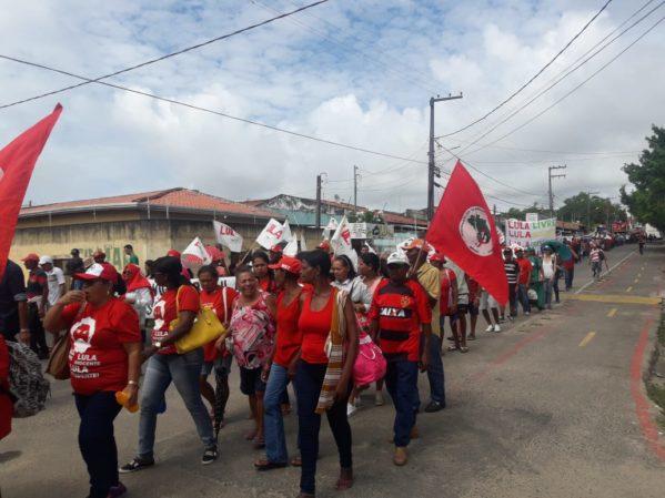Em caminhada pelas ruas de Aracaju, integrantes do Movimento Sem Terra pedem mais moradias