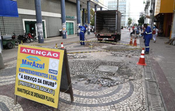 Prefeitura de Aracaju realiza manutenção nos calçadões do Centro
