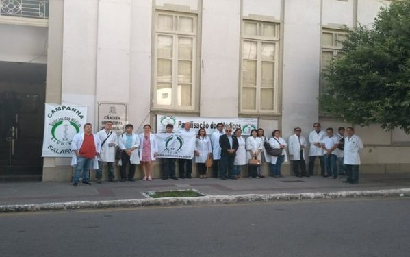 Médicos de Aracaju fazem ato em frente à câmara de Vereadores; a greve já dura 18 dias