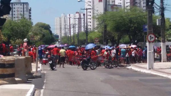 Manifestantes em busca de moradia causam lentidão no trânsito de Aracaju