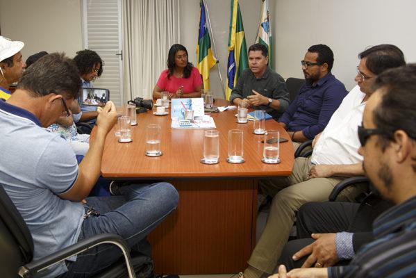 Eliane Aquino recebe músicos locais para discutir pagamento do Forró Caju