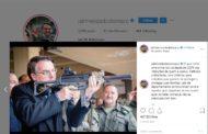 Em Israel, Bolsonaro publica foto com arma e critica leis de desarmamento