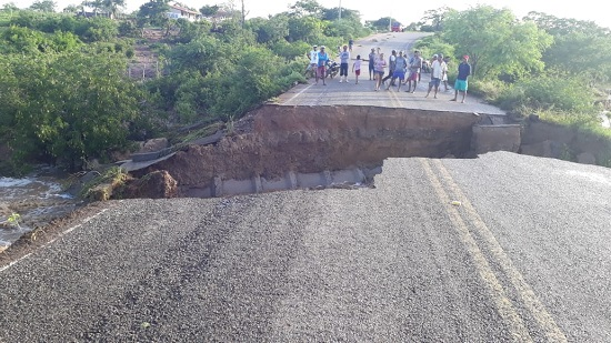 Poço Redondo: chuvas provocam cratera na rodovia SE 315
