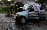 Acidente entre veículo de carga e carro de passeio deixa uma pessoa morta e quatro feridas na BR-235