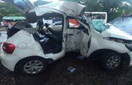Carro bate em árvore na Avenida Beira Mar e passageiro morre